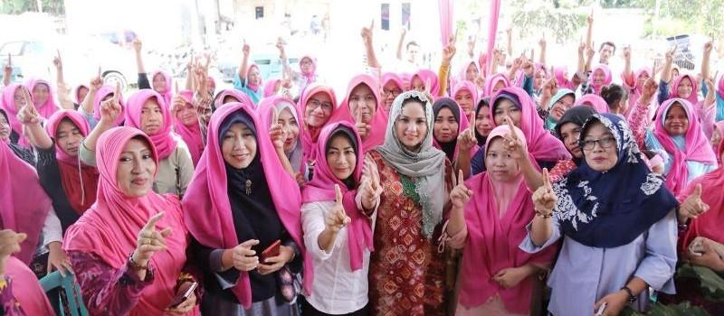 Yustin Aprilani Ficardo bersama warga Desa Baktirasa, Kecamatan Sragi, Lampung Selatan, Senin 14 Mei 2018.