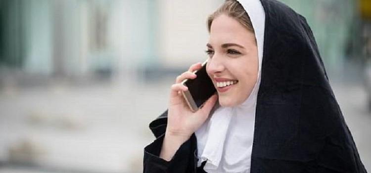 Seorang biarawati sedang menelepon menggunakan ponsel.(Daily Mail)
