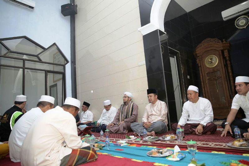 Isra Miraj sekaligus menyongsong bulan suci ramadan bersama Majelis Pengajian Sholawat Al Alif, Majelis Pengajian Rasulullah SAW, dan ratusan masyarakat, di Masjid AR Rohmat, Negeri Sakti, Pesawaran, Senin malam 30 April 2018.