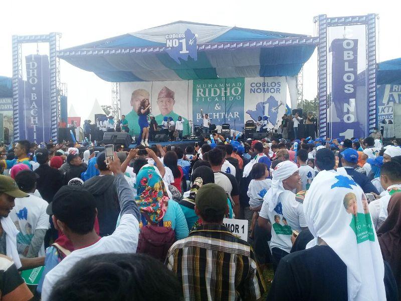 Ribuan masa pendukung pasangan calon gubernur Lampung Muhammad Ridho Ficardo - Bachtiar Basri telah memadati lapangan 16C Kota Metro sejak pagi.