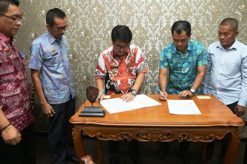 Pj. Sekretaris Daerah Provinsi Lampung, Hamartoni Ahadis saat penandatanganan perjanjian kerjasama antara Pemprov Lampung dengan PT. Grand Modern, di Ruang Kerjanya, Jumat 25 Mei 2018.