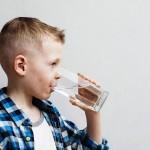 Rasakan 6 Manfaat Rutin Minum Air Putih Saat Bangun Tidur