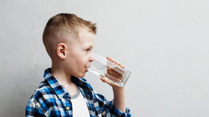 Berikut enam manfaat minum segelas air di pagi hari. (Foto: iStockPhoto)