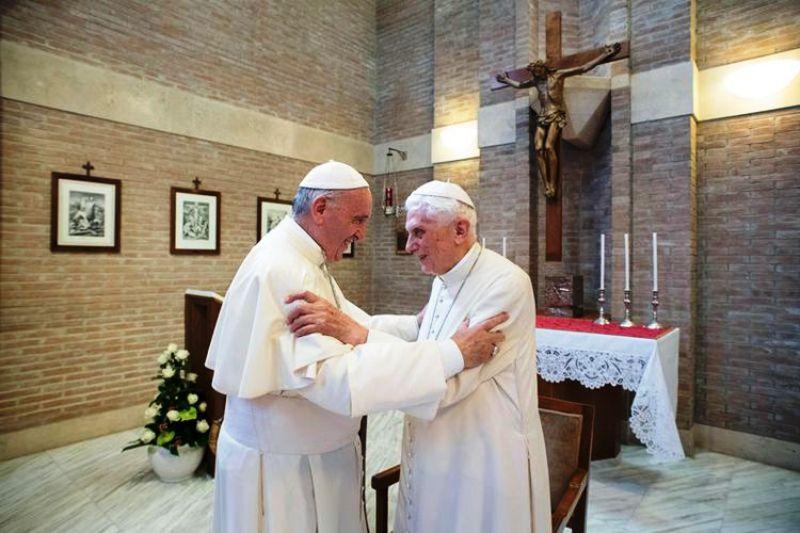 Paus Benediktus XVI dan Paus Fransiskus bertemu di Vatikan pada Juni 2017.(HO / OSSERVATORE ROMANO / AFP )