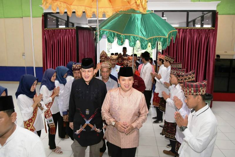 Sultan Adat Kepaksian Pernong Kerajaan Sekala Brak ke-23 Edward Syah Pernong bersama Petahana Calon Gubernur (Cagub) Lampung, Muhammad Ridho Ficardo.