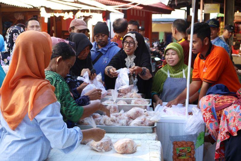 Kesibukan di Pasar Murah serentak di tiga Pasar, di Prvovinsi Lampung, yaitu di Pasar Pasir Gintung, Pasar Panjang, dan Pasar Kopindo Metro, guna menekan kenaikan harga bahan pokok pada bulan Ramadhan 1439 H/2018 M ini.