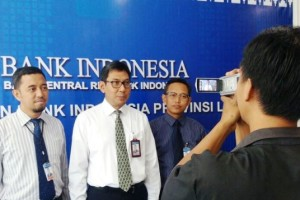Kepala Bank Indonesia Perwakilan Lampung, Budiharto Setyawan (tengah) pada Senin 30 Juli 2018 saat konferensi pers.