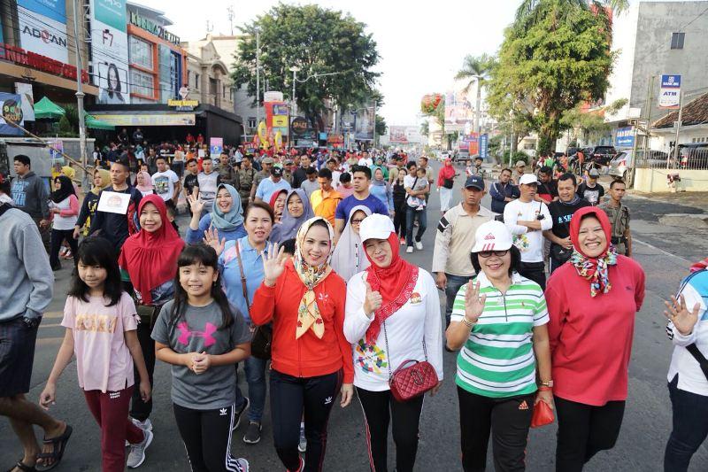 Ketua TP PKK Provinsi Lampung, Yustin Ridho Ficardo melepas peserta jalan sehat dalam Rangka memperingati Hari Keluarga Nasional (Harganas) ke-25 tahun 2018, yang dilaksanakan di Taman Gajah Lampung  Minggu pagi (22/7/2018).