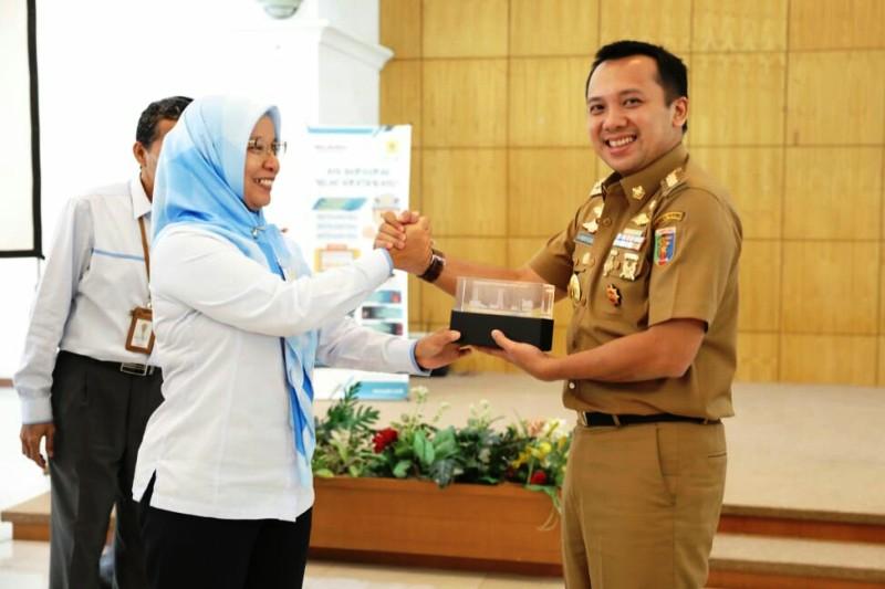 Gubernur Lampung Muhammad Ridho Ficardo bersama GM PLN Distribusi Lampung Julita Indah.