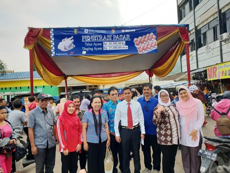 Kepala Bidang Distribusi dan Harga Pangan Dinas Ketahanan Pangan Provinsi Lampung Dra. Bahagiati, SH. (dua dari kanan) saat kegiatan penetrasi pasar di Pasar Panjang Bandar Lampung, Sabtu 28 Juli 2018.