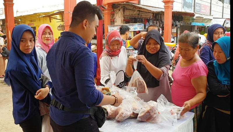 Daging potong ayam seharga Rp 32 ribu/kg, dan daging sapi beku Rp 80 ribu/kg yang disiapkan TTIC Dinas Ketahanan Pangan Provinsi Lampung ramai diserbu pembeli di Pasar Panjang Bandar Lampung, Sabtu 28 Juli 2018.