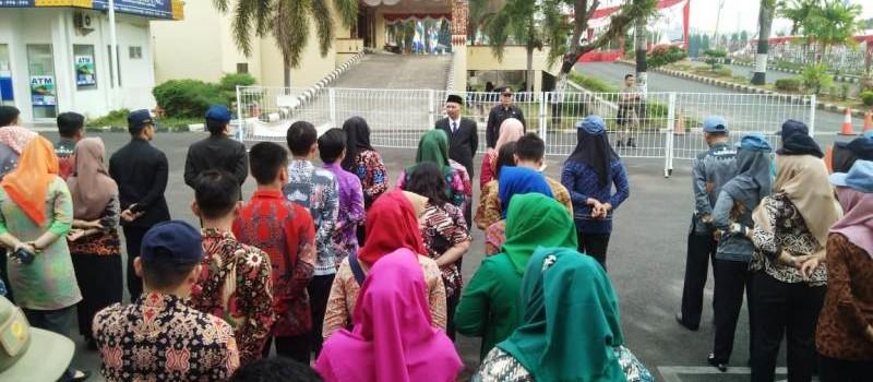 Kabag Humas dan Komunikasi Publik, Heriyansyah, saat memberikan arahan Apel, di Lingkungan Kantor Gubernur Lampung, Kamis (16/8/2018).