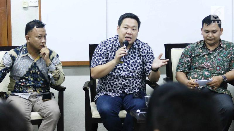 Anggota Komisi I DPR Charles Honoris memberikan pandangan saat menjadi pembicara dalam diskusi di Jakarta, Sabtu (18/11). Diskusi membahas mengenai membangun pertahanan modern, profesionalisme milter dan rotasi panglima TNI. (Liputan6.com/Angga Yuniar)