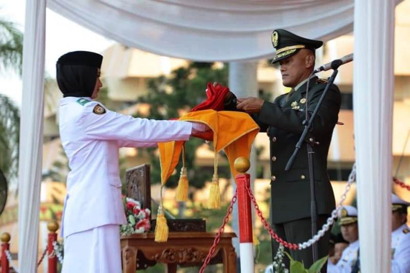 Untuk upacara penurunan bendera ini,  siswi SMAN 9 Bandar Lampung  Elvanny Indah Syafira didaulat sebagai pembawa baki.