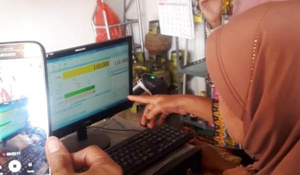 Tenaga Ahli Pemberdayaan Fakir miskin Kemensos RI Indrajaya saat meninjau e-warong dengan aplikasi e-kasir di Kota Metro, Rabu 15 Agustus 2018.