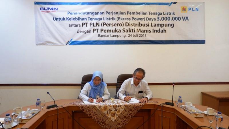 Penandatanganan Perjanjian Jual Beli Tenaga Listrik (PJBTL) Excess Power dengan daya 3.000.000 VA kepada PT Pemuka Sakti Manis Indah (PSMI) oleh General Manager PLN Distribusi Lampung, Julita Indah dan Direktur PT PSMI, Liem Poh Ching.