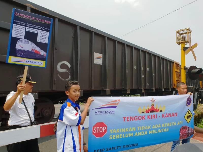 PT AI Divre IV Tanjungkarang bersama Railfans Baradipta saat melakukan sosialisas di perlintasan Kamboja Bandar Lampung, Minggu 26 Agustus 2018.