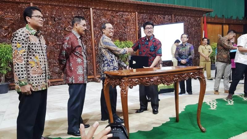 Pj. Sekretaris Daerah Provinsi Lampung Hamartoni Ahadis melaksanakan saat melaksanakan perjanjian pinjam pakai tanah milik Kementerian Sekretariat Negara.