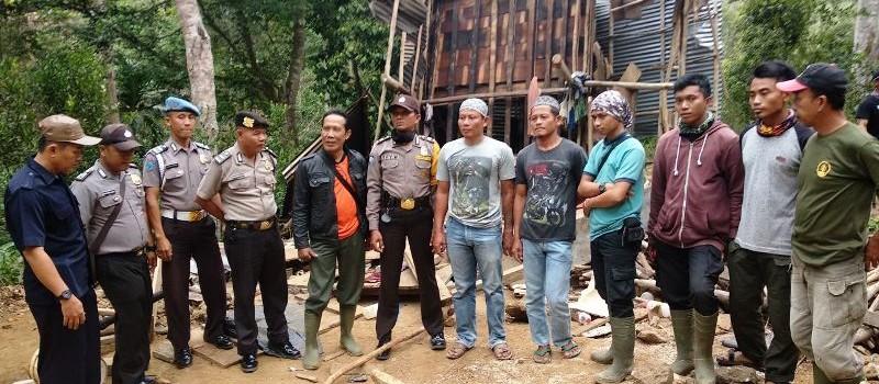 Tim Satgas yang terdiri dari unsur TNBBS, Dinas Kehutanan Provinsi Lampung, WCS dan YABI.