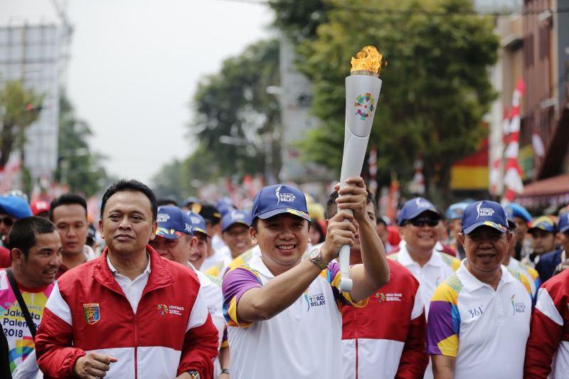 Gubernur Lampung M.Ridho Ficardo saat membawa Api Obor pada Kirab Api Obor Asian Games 2018, Rabu, 08 Agustus 2018.