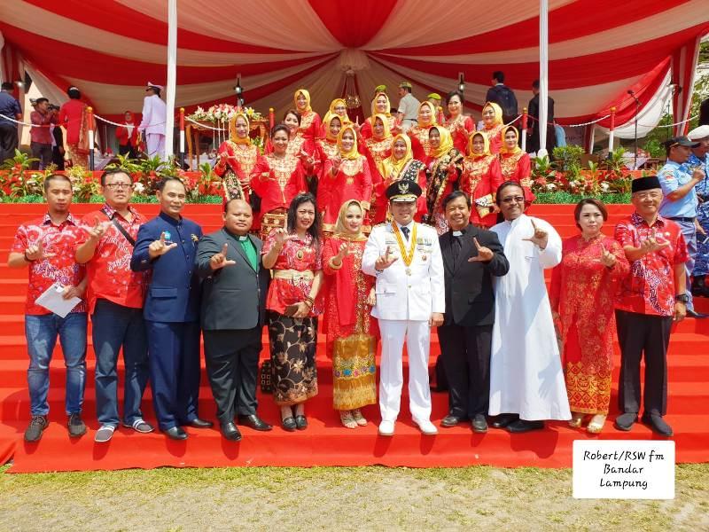 Ketua Komisi Kerasulan Awam dan Komisi Hubungan Antar Agama dan Kepercayaan (HAAK) Keuskupan Tanjungarang RD Philipus Suroyo (dua dari kanan) foto bersama Gubernur Lampung Muhammad Ridho Ficardo.