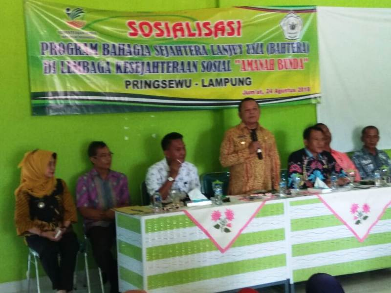 Kepala Dinas Sosial Provinsi Lampung, Sumarju Saeni saat sosialisasi program Bahagia dan Sejahteta (Bahtera) bagi Lansia (24/08/2018) di LKS Amanah Bunda, Pringsewu.
