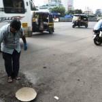 Putranya Tewas Akibat Jalan Rusak, Seorang Ayah Lakukan Aksi Mulia Tutupi Ratusan Lubang di Jalanan