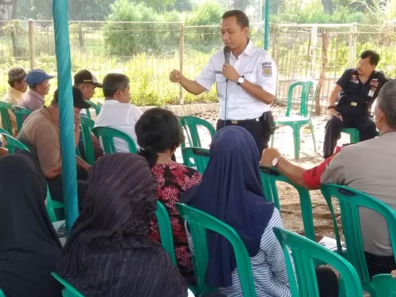 Senior Manager Penjagaan dan Pengusahaan Aset, Muh. Arif Nurul Falah, saat berdiskusi dengan warga bantaran rel kereta api, Desa Sinar Banten, Kecamatan Bekri, Lampung Tengah,