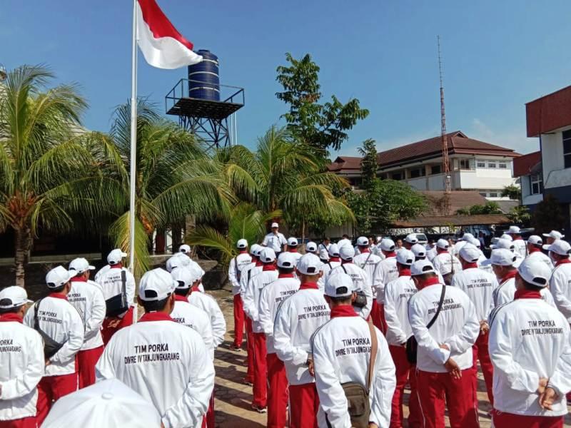 Kepala Divisi Regional (Divre) IV Tanjung Suryawan Putra Hia, saat melepas 65 atlet Porka 2018 di Bandarlampung, Senin, (17//9/18).