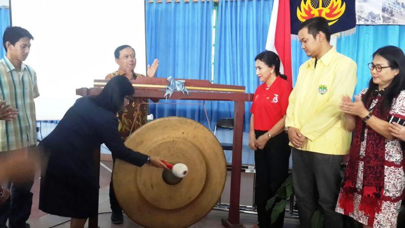 Pemukulan gong oleh Presidium Wanita Katolik RI DPD Lampung, Ellysabeth Sri Puryanti, menandai pembukaan Rakorda, di Aula SMA Xaverius Pahoman Bandar Lampung Selasa, 11 September 2018.
