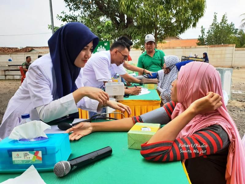 Tim medis pengobatan gratis menggunakan kereta kesehatan atau Rail Clinic saat memerikasa warga warga Desa Tanjung Sari, Natar, Lampung Selatan, Kamis. 20 September 2018.