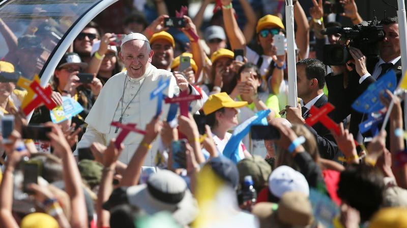 Ratusan warga menyambut Paus Fransiskus saat mengunjungi Gereja Maipu di Santiago, Chili (18/1). Paus Fransiskus mengunjungi Gereja tersebut untuk bertemu dengan pemuda-pemuda di wiliyah Chili. (AP Photo / Natacha Pisarenko)