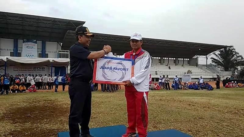 Direktur SDM dan Umum, PT KAI (Persero) R. Ruli Adi, (kiri), menyerahkan penghargaan Juara Favorit kepada perwakilan kontingen Divre IV Tanjung Karang, di ajang PORKA 2018 yang berlangsung di Bandung, 17-21 September 2018. Dalam ajang tersebut Divre IV juga meraih juara umum kedua.