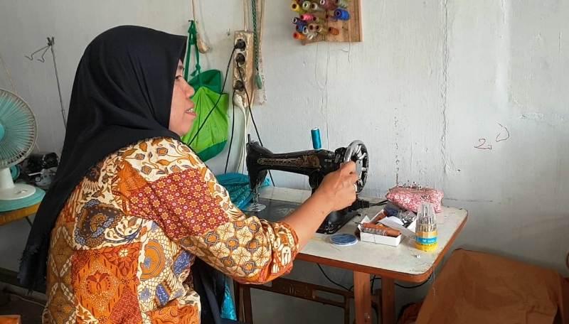 Susi kesehariannya bekerja sebagai tukang jahit di kediamannya Perum Korpri, Blok C.5 No 16 Bandar Lampung.