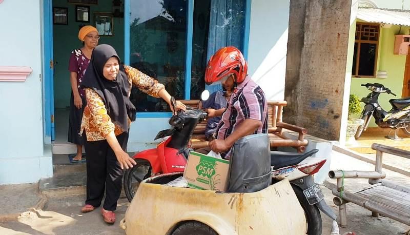 Wawan Setiawan dan Siti Chotijah saat menyalurkan BPNT KE Jl.Pulau Buton, Gg. Citra 2, Jaga Baya 3, Bandar Lampung, Senin, 10 September 2018.