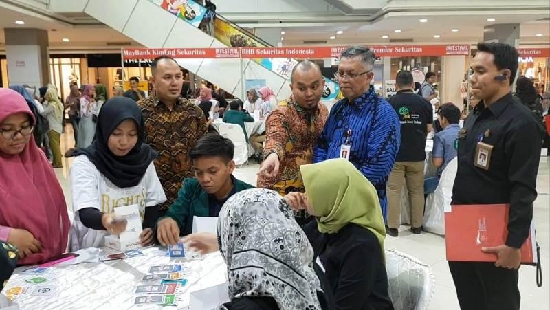 Kepala OJK Provinsi Lampung, Indra Krisna (dua dari kanan), bersama Kepala BEI Wilayah Lampung, Hendi Prayogi (dua dari kiri) di acara Indonesia Investment Festival 2018 di Mal Boemi Kedaton, Bandar Lampung, Senin 08 Oktober 2018.