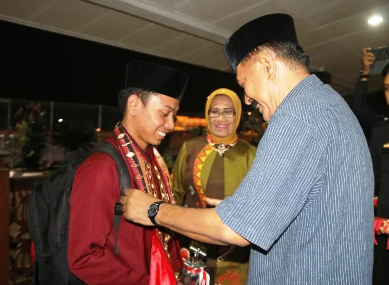 Asisten I Hery Suliyanto saat menyambut kedatangan kontingen MTQ Lampung.