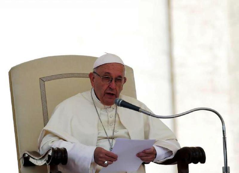 Paus Fransiskus berbicara selama audiensi di alun-alun Saint Peter, Vatikan, Rabu 16 Mei 2018. [REUTERS/Max Rossi]