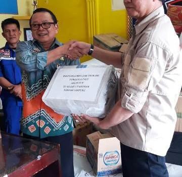 Kepala Dinas Sosial Provinsi Lampung Sumarju Saeni, menyerahkan 249 paket bantuan sandang layak pakai dari masyarakat yang dihimpum oleh Taruna Siaga Bancana (TAGANA) Lampung kepada Ketua Umum Gema Nusantara Lampung, Bambang Carito.