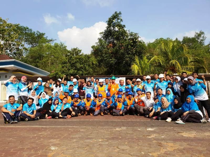 General Manager PLN Distribusi Lampung, Julita Indah bersama tim relawan dan karyawan di kantor Distribusi Lampung, Jumat pagi, 12 Oktober 2018.