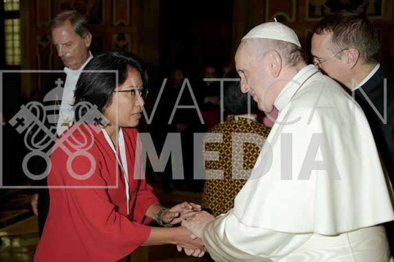 Yuli Nugrahani bersama Paus Fransiskus pada acara Konferensi Dunia tentang Xenophobia, Rasisme, dan Nasionalisme Populis dalam Konteks Migrasi Global, di Hotel Ergife Palace Roma pada 18-20 September 2018.
