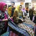 Aprilani Yustin Ridho Imbau Masyarakat Lestarikan Batik Khas Lampung