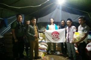 Sekretaris Bravo-5 Tanggamus Marbawi saat menyerahkan simbolis bantuan kemanusiaan Bravo-5 Lampung kepada perwakilan warga korban banjir bandang di Pekon Umbar, Kelumbayan, Tanggamus, Selasa (13/11/2018). Foto : Bravo-5