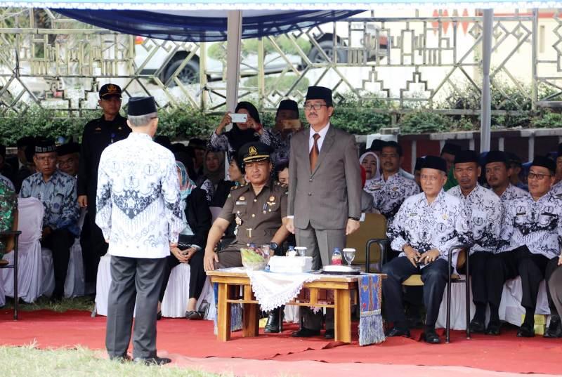 Upacara bendera peringatan Hari Guru Nasional dan Hari Ulang Tahun (HUT) ke- 73 PGRI 2018, di Lapangan Korpri, Komplek Kantor Gubernur Lampung, Senin (26/11/2018).