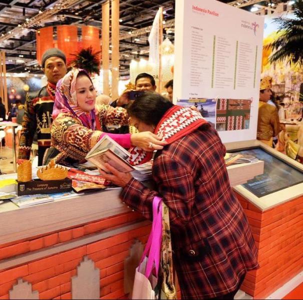 Ketua Dewan Kerajinan Nasional Daerah (Dekranasda) Lampung Yustin Ridho Ficardo mempromosikan secara langsung kain tapis Lampung ke Eropa, dalam ajang World Trade Market (WTM) 2018 di London, 5-7 November 2018.