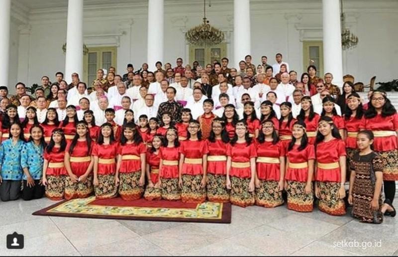 Presiden Joko Widodo (Jokowi) menerima para pemenang Pesparani, panitia, dan juga para uskup di Istana Negara.