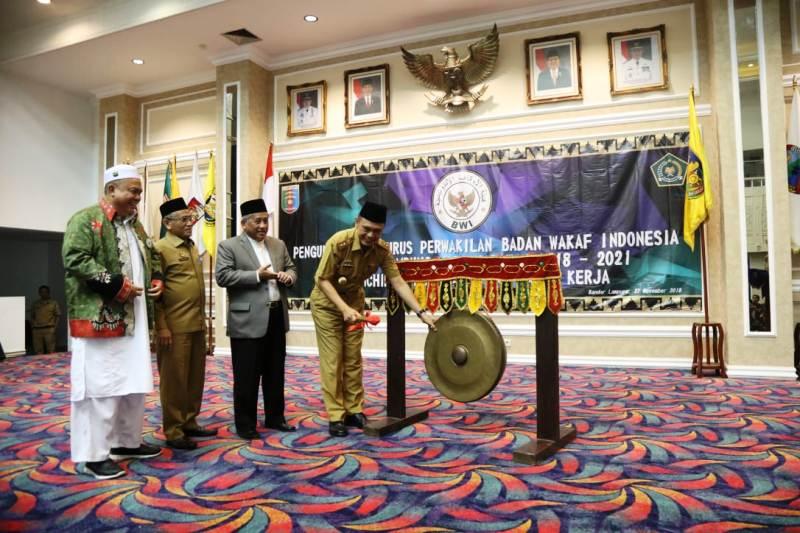 Ketua Pengurus Badan Wakaf Indonesia (BWI) Pusat, Muhammad Nuh, mengukuhkan kepengurusan BWI Provinsi Lampung periode 2018-2021 di Gedung Balai Keratun Kantor Gubernur Lampung, Selasa (27/11/2018).