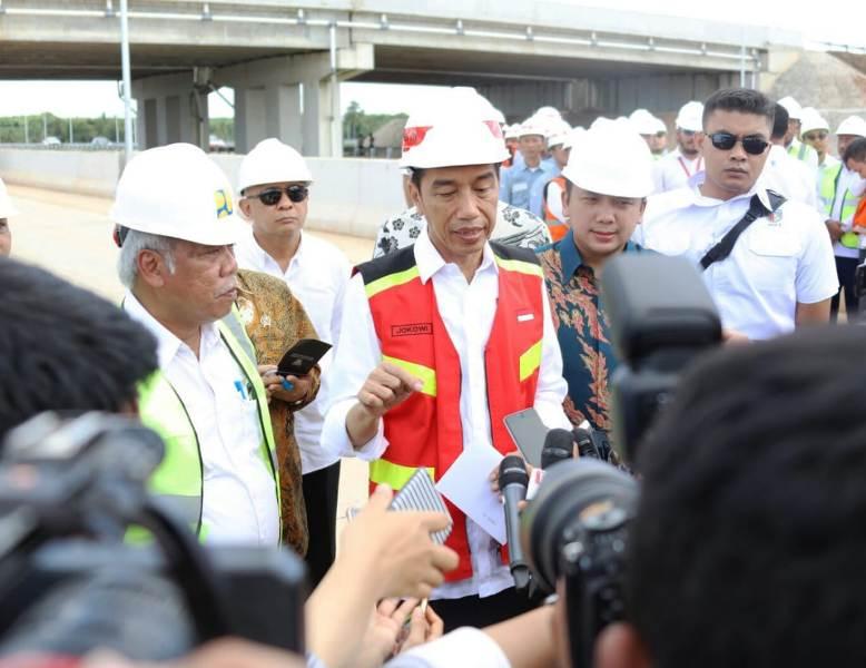 Presiden Joko Widodo saat meninjau proses pembangunan Jalan Tol Trans Sumatera (JTTS) ruas Bakauheni-Terbanggi Besar, Jumat (23/11/18).