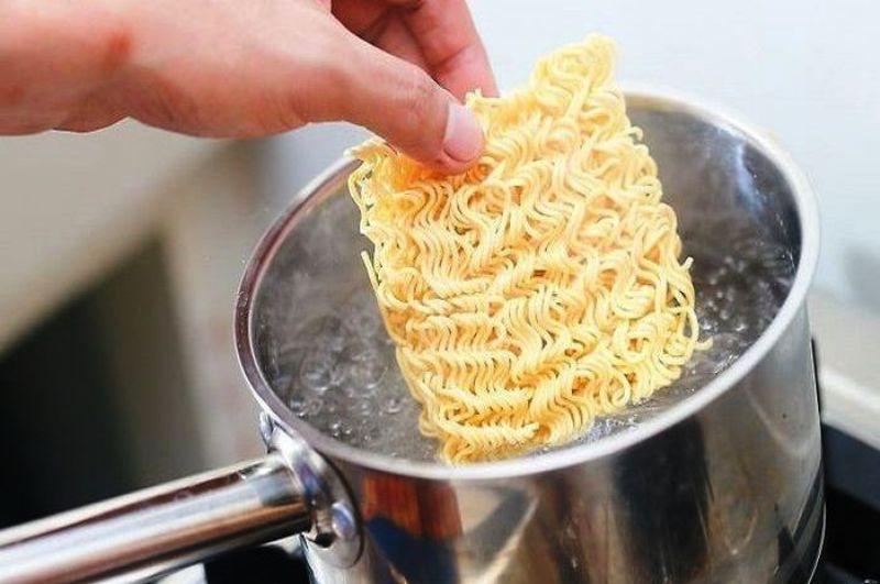 Cara memasak mie instan yang tepat. Foto : tribunnews