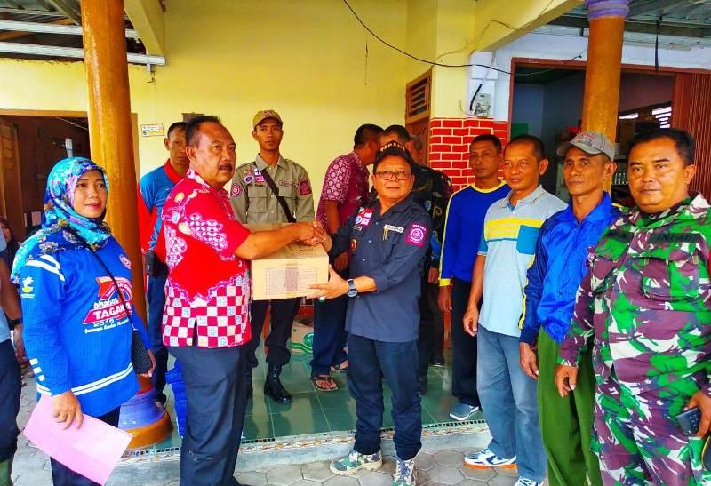 Sumarju Saeni langsung memimpin penyerahan bantuan di Kabupaten Pesawaran dan diterima oleh Kepala Dinas Sosial Kabupaten Pesawaran, Yulizar di Desa Maja.